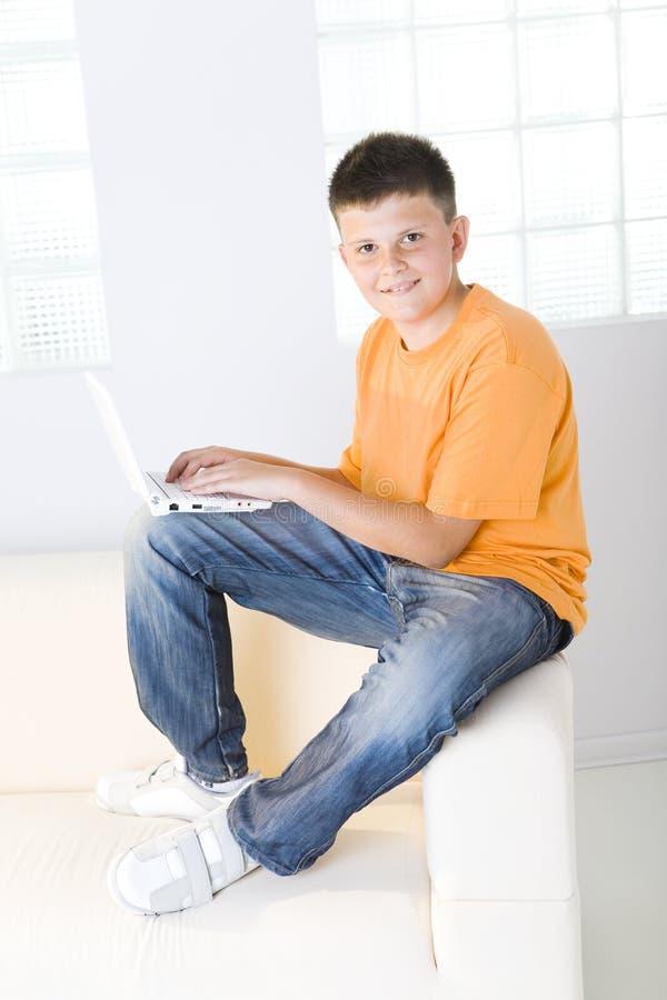 pojkebärbar dator arkivfoto