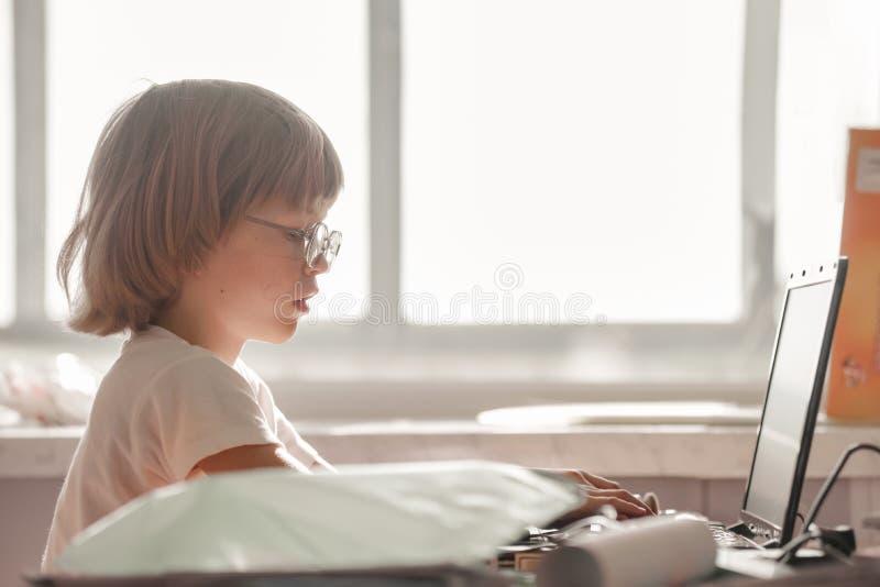 pojkebärbar dator little som använder arkivfoton