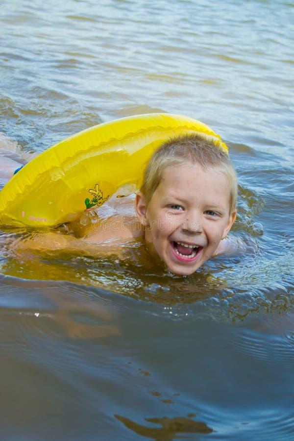 Pojkebad i floden fotografering för bildbyråer