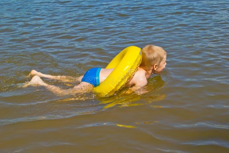 Pojkebad i floden royaltyfria bilder