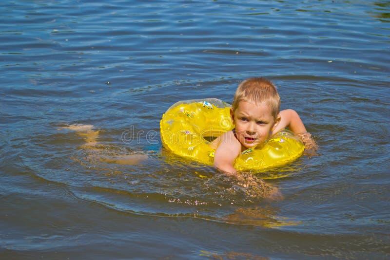 Pojkebad i floden arkivbilder