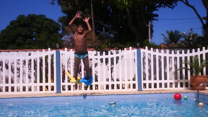 Pojkebanhoppning i vatten royaltyfria foton