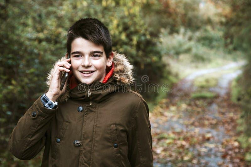 Pojkebarn med mobiltelefonen arkivbilder