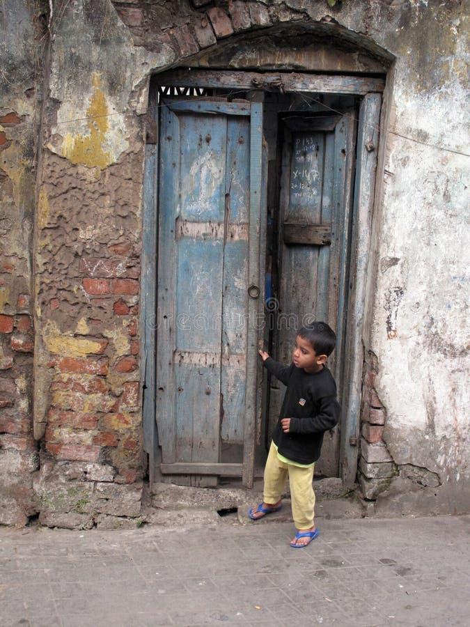 pojkedörröppningsstanding arkivfoton