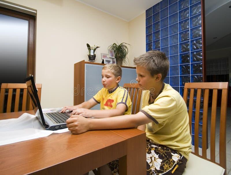 pojkedatorbärbar dator två arkivbilder