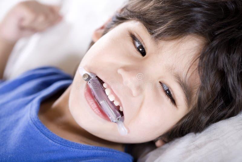pojkedisabled skydd munslitage royaltyfria bilder