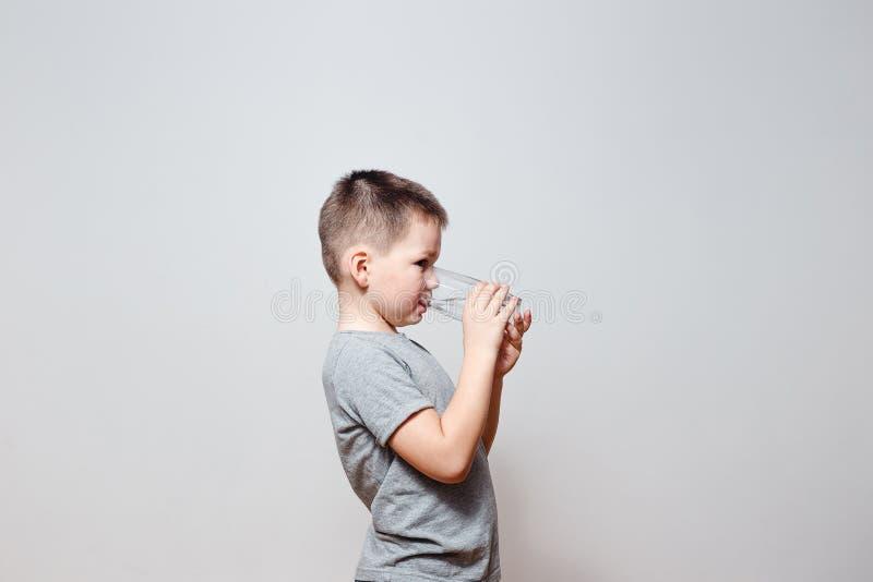 Pojkedricksvatten från genomskinligt exponeringsglas royaltyfri bild