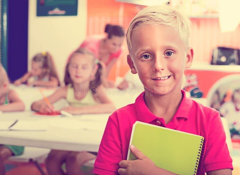 Pojkeelevanseende i grundskolagrupp royaltyfria foton
