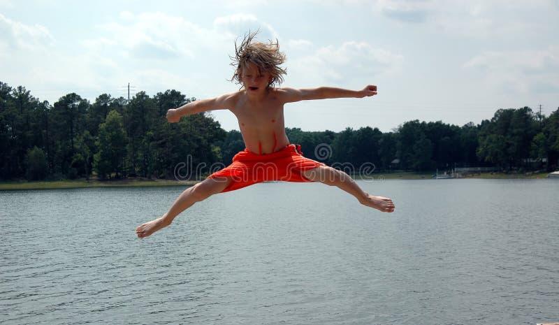 pojkefärg över vatten fotografering för bildbyråer