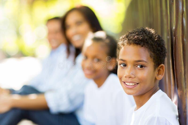 Pojkefamilj utomhus fotografering för bildbyråer