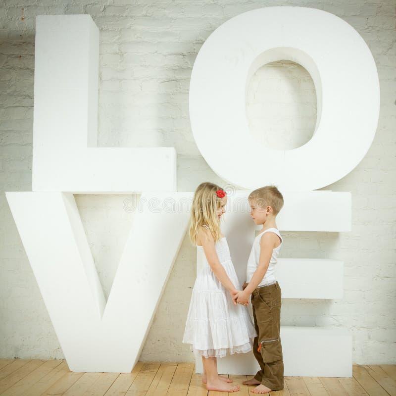 pojkeflicka little förälskelse royaltyfria bilder