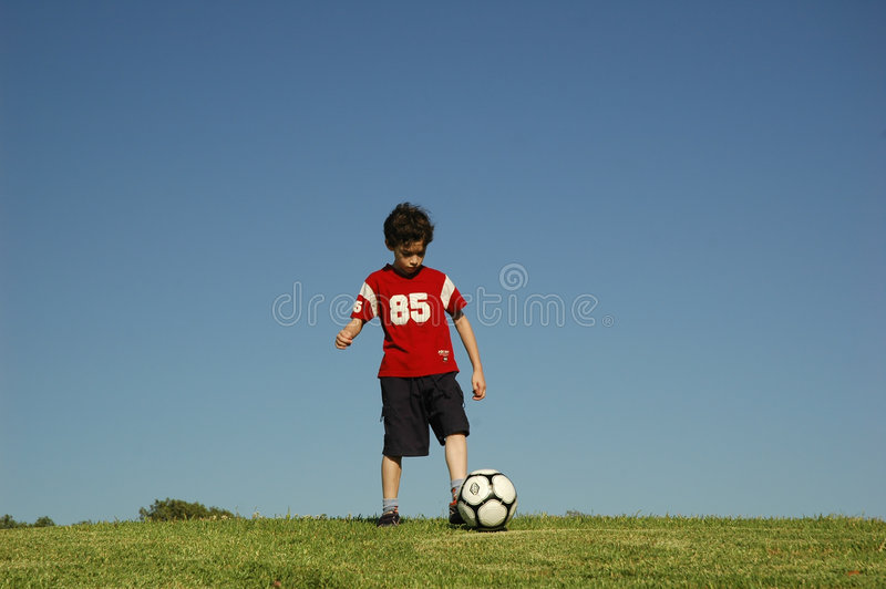 pojkefotboll royaltyfri bild