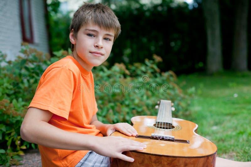 pojkegitarr little arkivbilder
