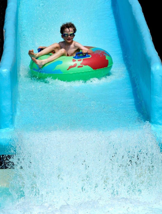 pojkeglidbanawaterpark royaltyfria foton
