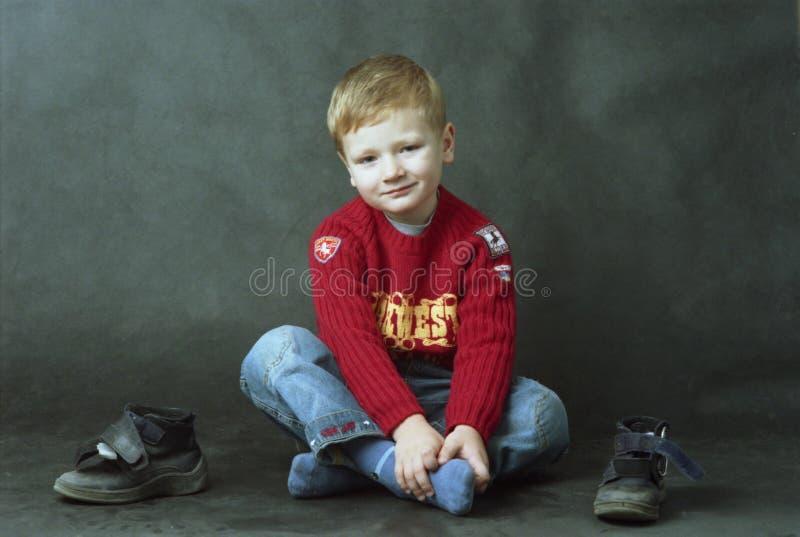 Download Pojkegolvsitting arkivfoto. Bild av barn, leende, skor - 512816