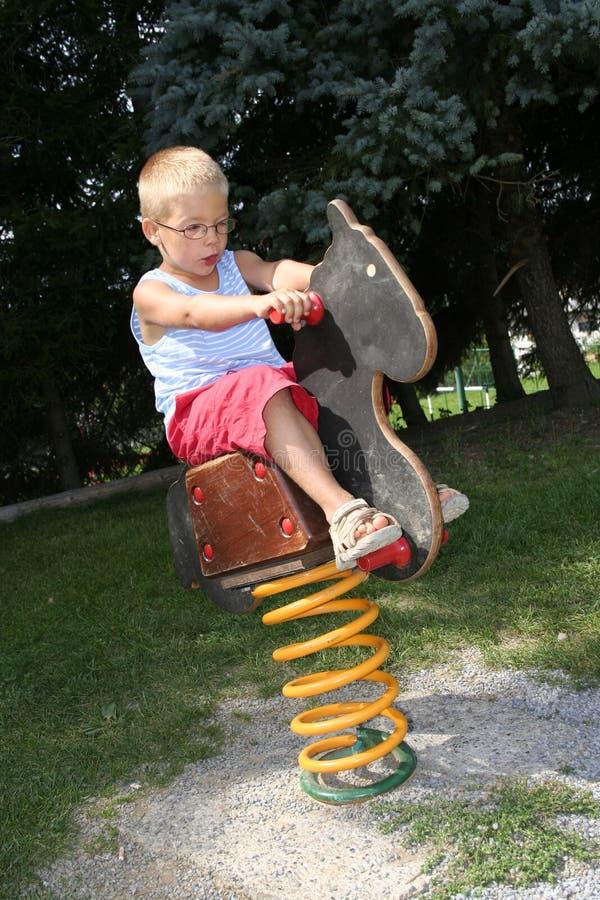 pojkehästvaggande fotografering för bildbyråer