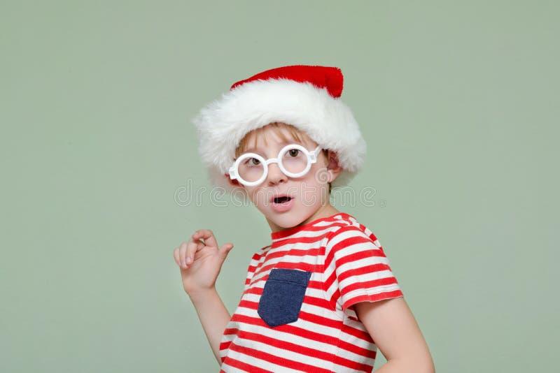 pojkehatt santa Överraskning och häpnad på hans framsida fotografering för bildbyråer
