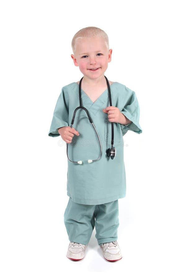 pojkeholdingen skurar stetoskopslitage arkivbilder