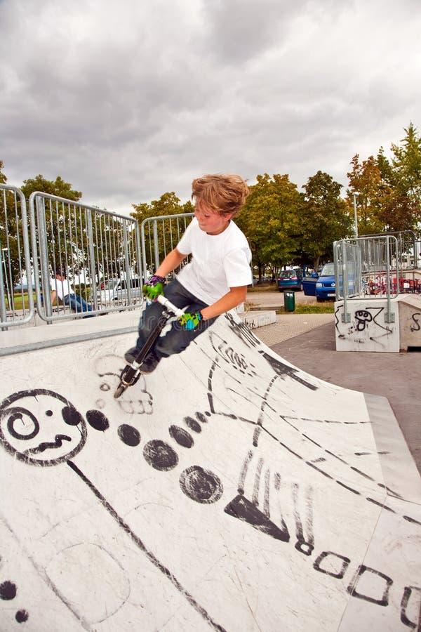 pojkehopp över barn för rampsparkcykelsk royaltyfri bild