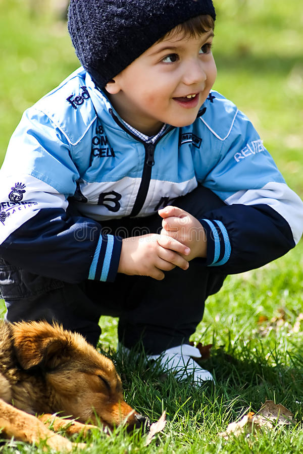 pojkehund little royaltyfria bilder