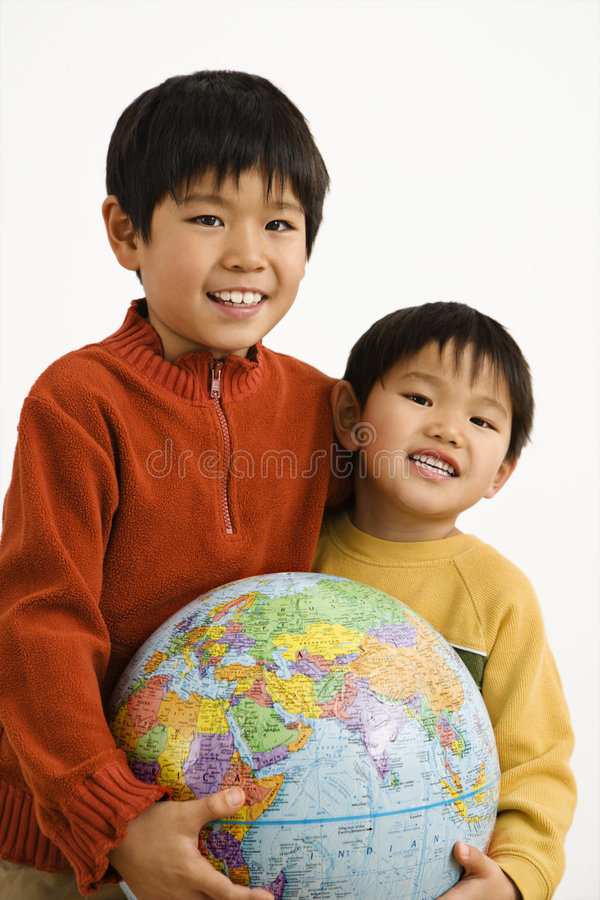 pojkejordklotholding royaltyfri foto