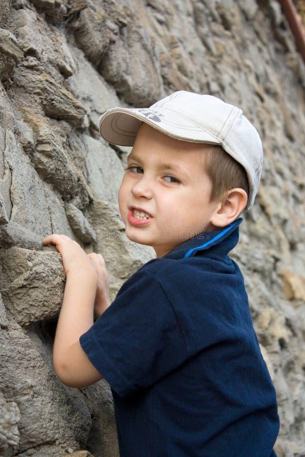 pojkeklättrare little fotografering för bildbyråer