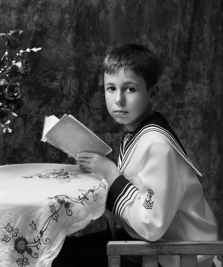 Pojkeläsning en boka royaltyfri fotografi