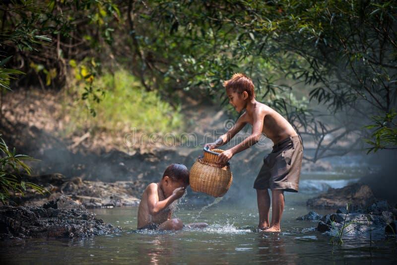 Pojkelek i vatten fotografering för bildbyråer