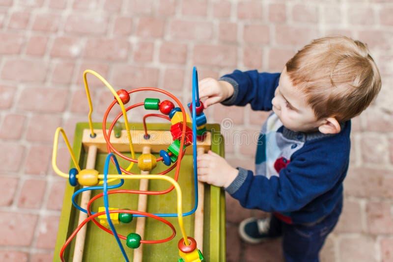 Pojkelekar för liten unge med en leksak arkivbilder
