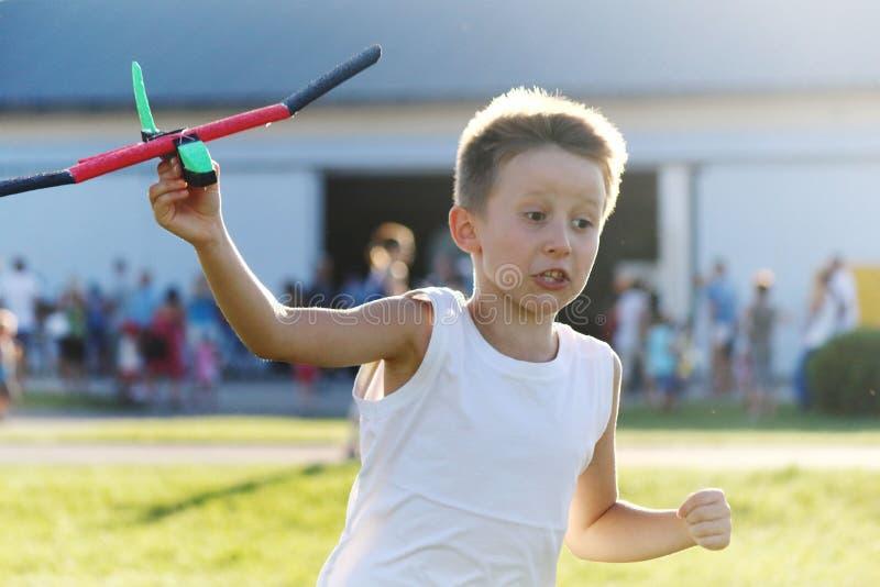 Pojkelekarna med en leksakairpalne fotografering för bildbyråer