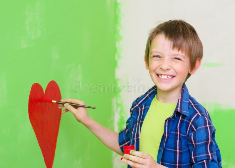 Pojkemålning på väggen royaltyfri bild