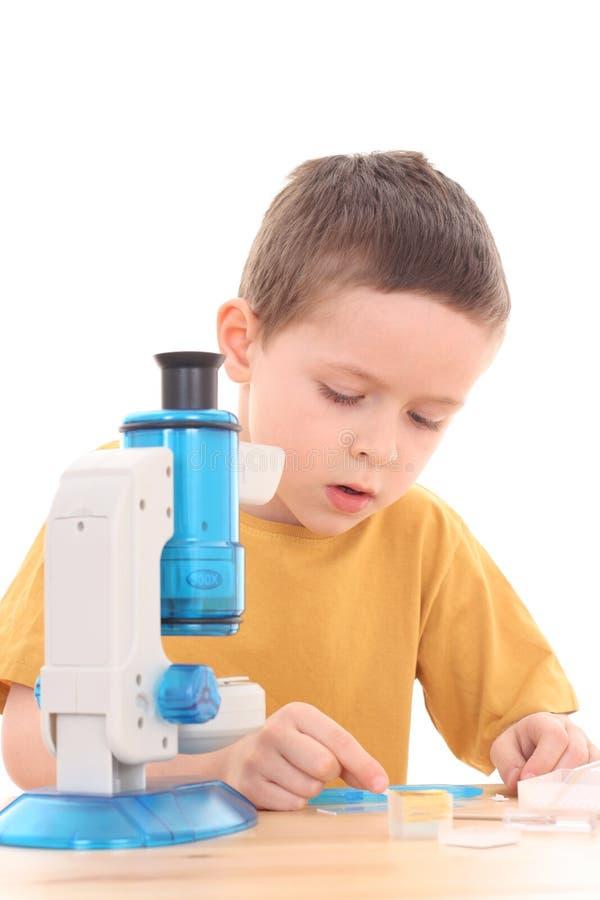 pojkemikroskop arkivfoton