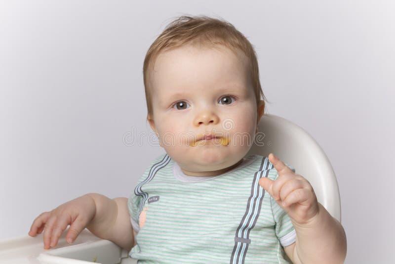 Pojken är smutsig med mat arkivfoton