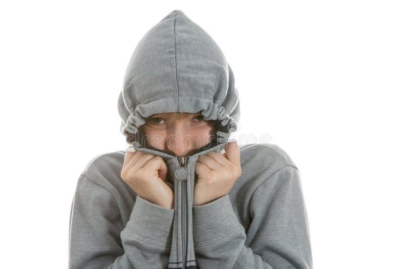 Pojken döljer i hans hoodie royaltyfri fotografi