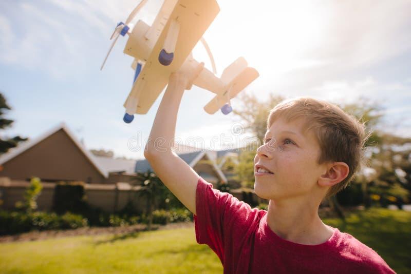 Pojken drömmer för att vara en pilot royaltyfri fotografi