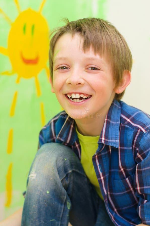 Pojken drar solen fotografering för bildbyråer
