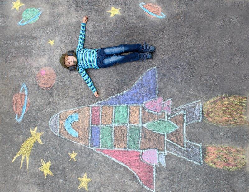 Pojken för den lilla ungen som flyga iväg en rymdfärja, chalks bilden vektor illustrationer