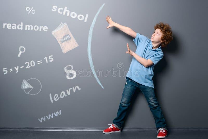 Pojken försvarar sig från information arkivbild