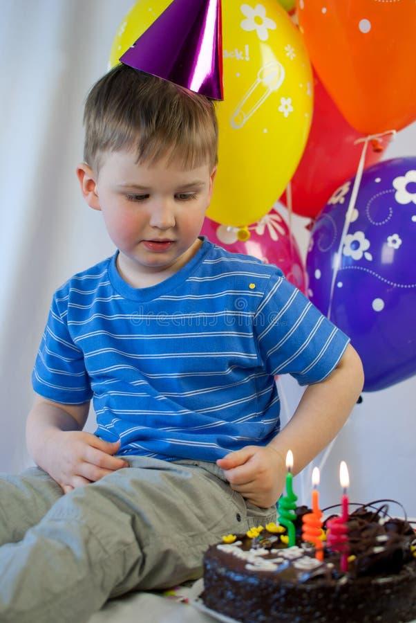 Pojken firar födelsedag arkivbilder
