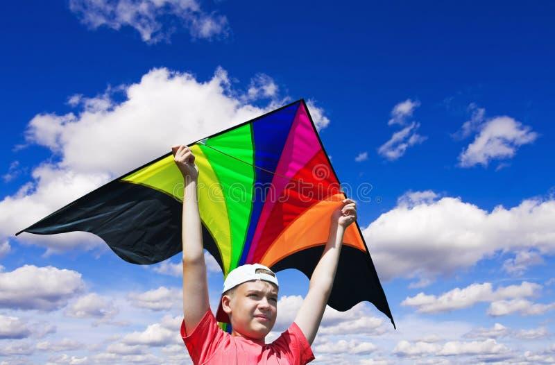 Pojken flyger en drake royaltyfri fotografi