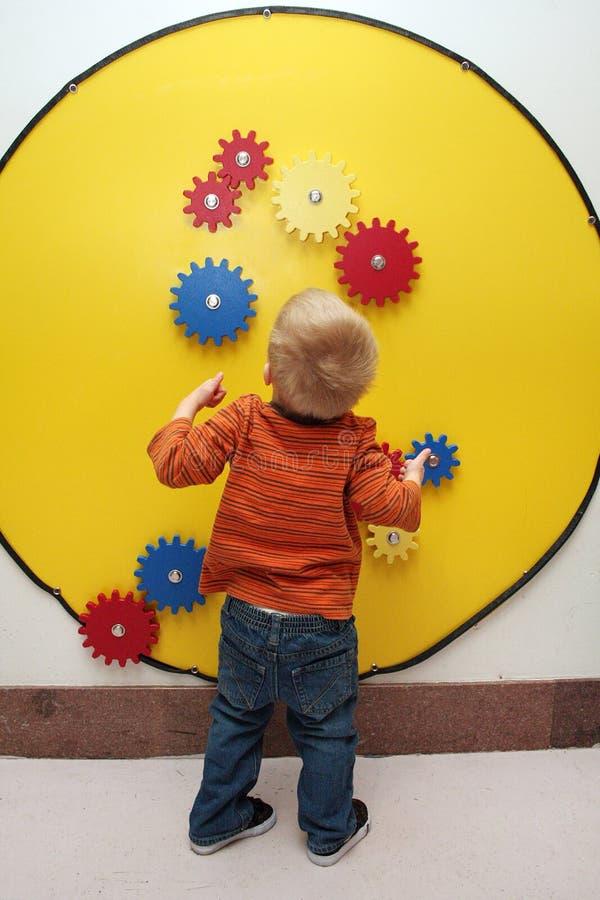 pojken gears toyen royaltyfria bilder