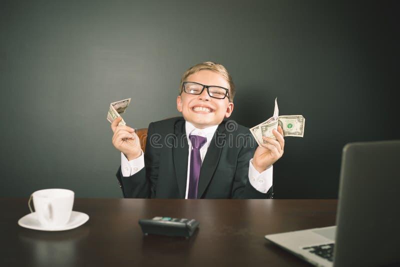 Pojken har tjänat mycket pengar royaltyfri foto