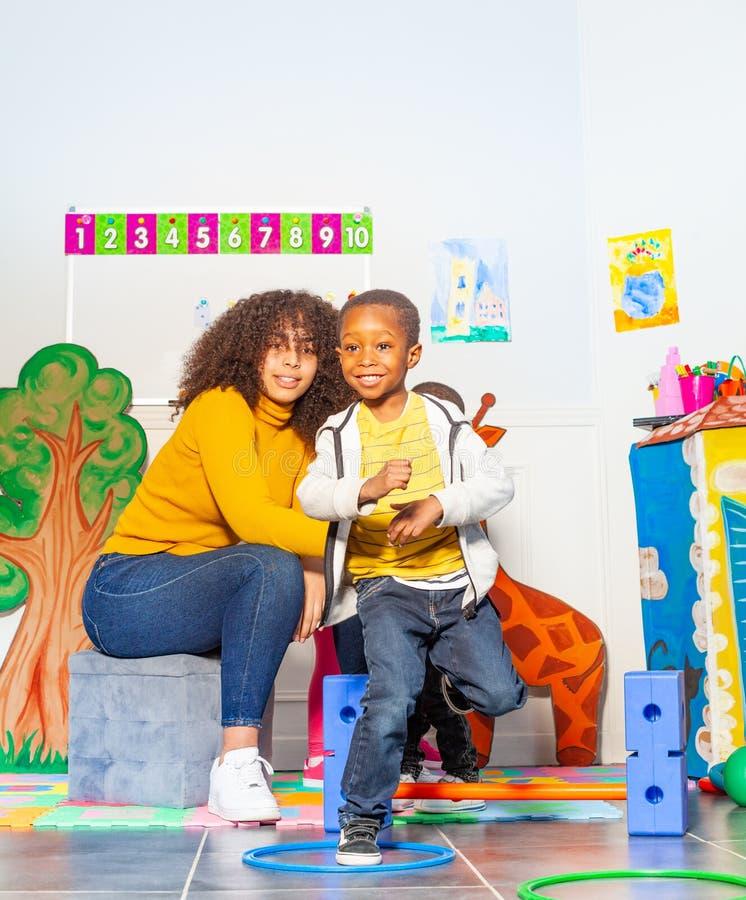 Pojken hoppar i cirkeln, fysisk utvecklings- aktivitet royaltyfri bild
