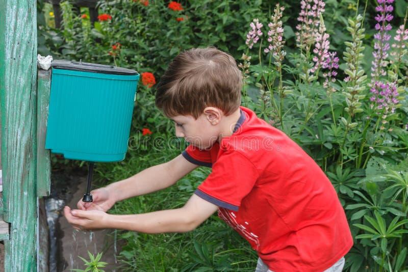 Pojken i byn royaltyfri foto