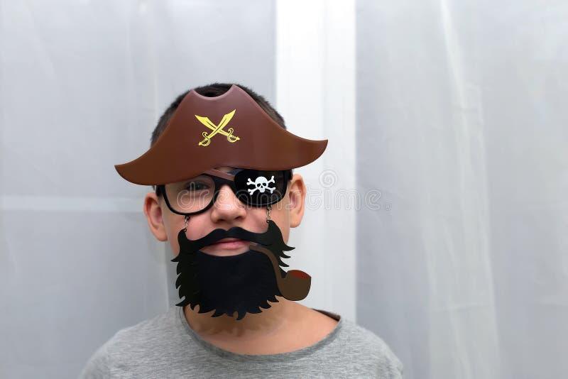 Pojken i maskeringen av piratkopierar arkivfoto
