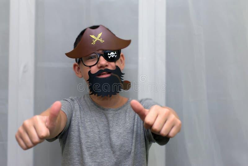 Pojken i maskeringen av piratkopierar royaltyfri foto