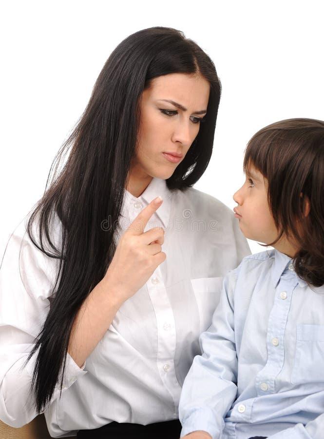 pojken konfronterar hans moder som arkivfoto