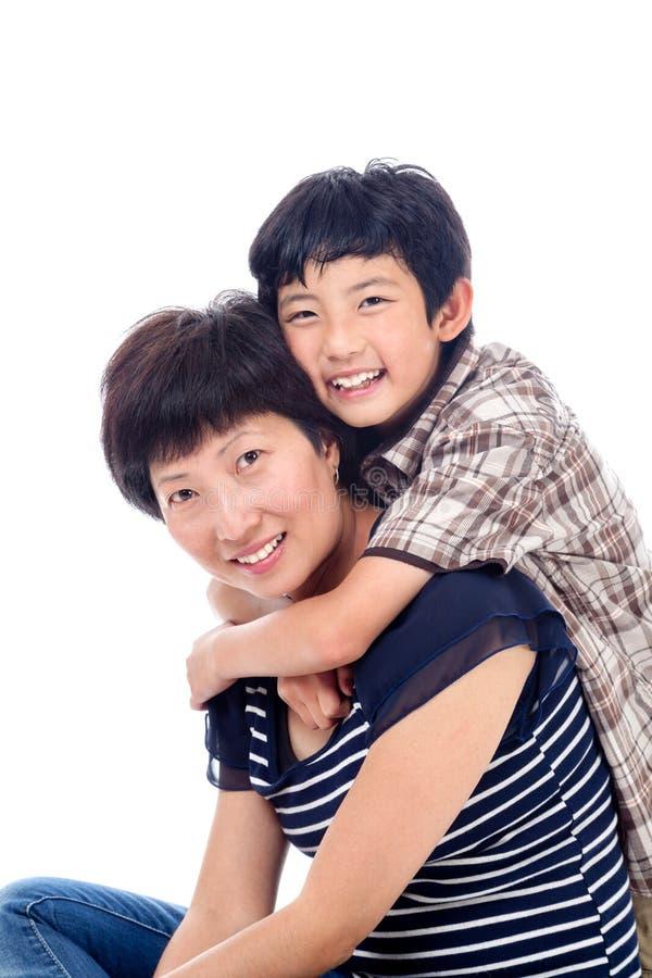 Pojken kramar mamman affectionately royaltyfri foto