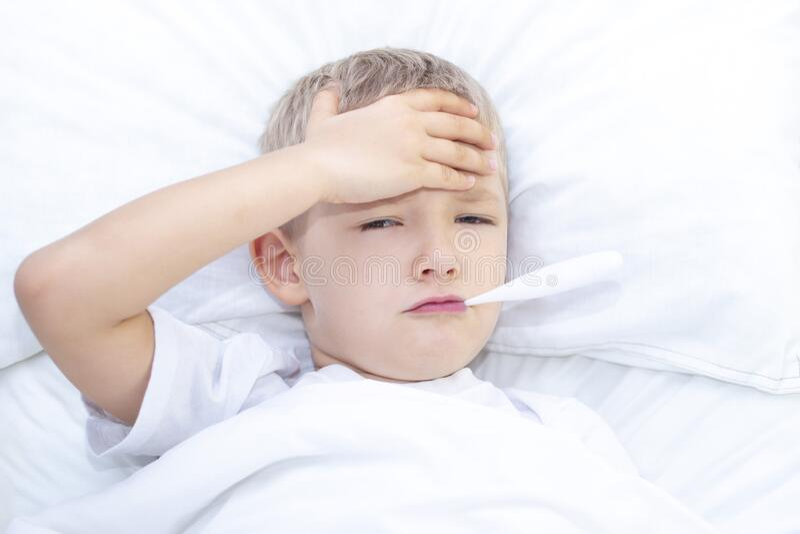 Sjuk underlagpojke arkivfoto. Bild av influensa, inomhus ...