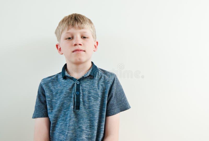 pojken little skrämmde royaltyfri bild